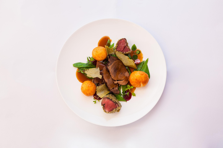 Das Beste vom Schorfheider Hirsch -geschmort & gebraten- an Schwarzbiersauce, Kaiserschoten und Kartoffelkrapfen