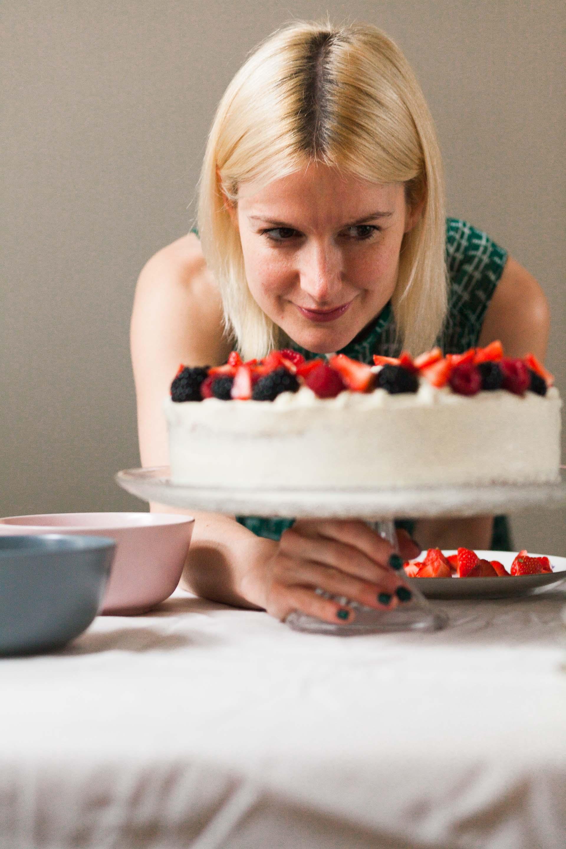 Kaja prüft die Beeren auf der Torte