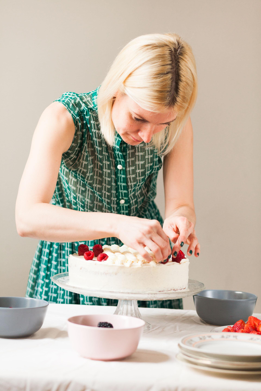 Kaja dekoriert die Torte mit Beeren